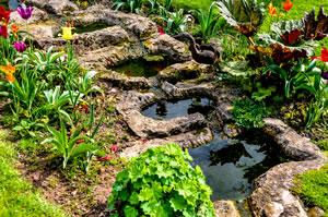 Bachlauf anlegen pflanzen und gestaltung mit und ohne teich for Kleinen gartenteich bauen